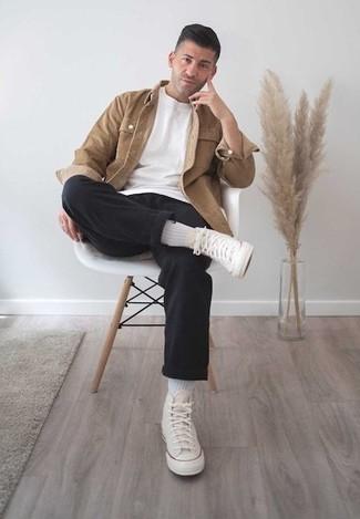 Outfits hombres en clima cálido: Utiliza una chaqueta estilo camisa marrón claro y un pantalón chino negro para lograr un look de vestir pero no muy formal. ¿Quieres elegir un zapato informal? Elige un par de zapatillas altas de lona en beige para el día.