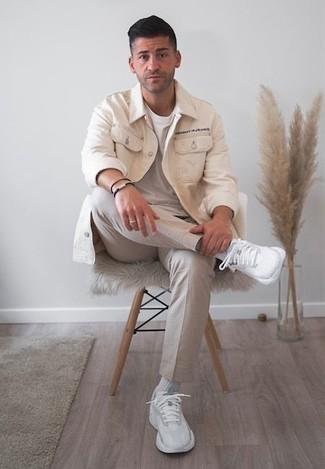 Outfits hombres en clima cálido: Utiliza una chaqueta estilo camisa en beige y un pantalón chino en beige para el after office. ¿Quieres elegir un zapato informal? Complementa tu atuendo con deportivas blancas para el día.