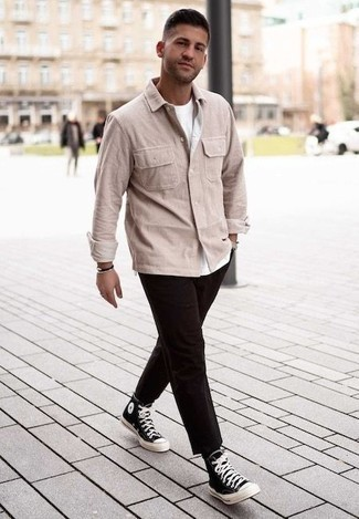 Outfits hombres en clima cálido: Si buscas un look en tendencia pero clásico, casa una chaqueta estilo camisa de pana en beige junto a un pantalón chino en marrón oscuro. ¿Quieres elegir un zapato informal? Elige un par de zapatillas altas de lona en negro y blanco para el día.