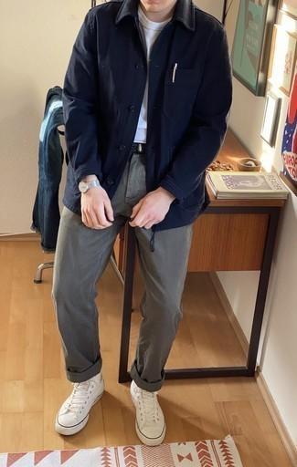 Cómo combinar una chaqueta estilo camisa azul marino: Intenta combinar una chaqueta estilo camisa azul marino con un pantalón chino gris para lograr un look de vestir pero no muy formal. ¿Quieres elegir un zapato informal? Completa tu atuendo con zapatillas altas de lona blancas para el día.