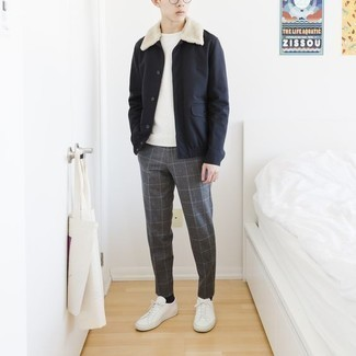Cómo combinar una chaqueta estilo camisa azul marino: Intenta ponerse una chaqueta estilo camisa azul marino y un pantalón chino a cuadros gris para conseguir una apariencia relajada pero elegante. Si no quieres vestir totalmente formal, complementa tu atuendo con tenis de lona blancos.