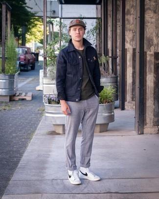 Cómo combinar un pantalón chino gris: Intenta combinar una chaqueta estilo camisa azul marino con un pantalón chino gris para crear un estilo informal elegante. Zapatillas altas de cuero en blanco y negro contrastarán muy bien con el resto del conjunto.