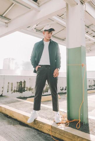 Cómo combinar: chaqueta estilo camisa de rayas verticales negra, camiseta con cuello circular blanca, pantalón de chándal negro, tenis de lona blancos
