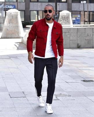 Cómo combinar: chaqueta estilo camisa roja, camiseta con cuello circular blanca, pantalón de chándal azul marino, tenis de cuero blancos
