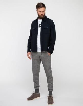 Cómo combinar un pantalón de chándal gris: Para un atuendo que esté lleno de caracter y personalidad ponte una chaqueta estilo camisa azul marino y un pantalón de chándal gris. Con el calzado, sé más clásico y complementa tu atuendo con zapatos derby de ante grises.