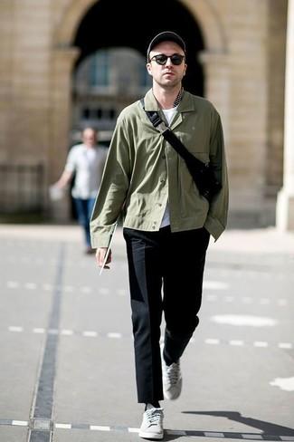 Cómo combinar: chaqueta estilo camisa verde oliva, camiseta con cuello circular blanca, pantalón de vestir negro, tenis grises
