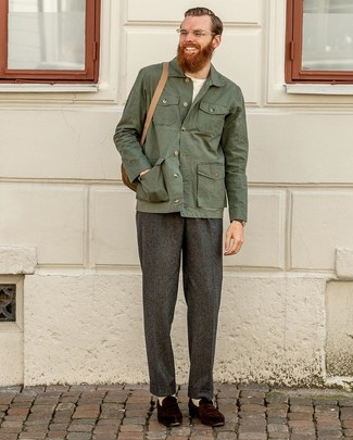 Cómo combinar: chaqueta estilo camisa verde oscuro, camiseta con cuello circular blanca, pantalón de vestir de lana en gris oscuro, mocasín de ante en marrón oscuro