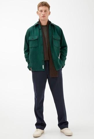 Cómo combinar un pantalón de vestir azul marino: Ponte una chaqueta estilo camisa verde oscuro y un pantalón de vestir azul marino para un perfil clásico y refinado. Si no quieres vestir totalmente formal, haz tenis de lona blancos tu calzado.