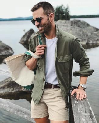 Cómo combinar: chaqueta estilo camisa verde oliva, camiseta con cuello circular blanca, pantalones cortos en beige, bolsa tote de lona en beige