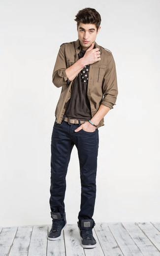Cómo combinar: chaqueta estilo camisa marrón, camiseta con cuello circular estampada en marrón oscuro, vaqueros azul marino, zapatillas altas de cuero negras