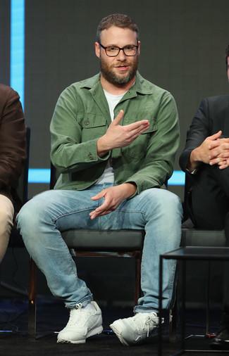 Cómo combinar: chaqueta estilo camisa verde oliva, camiseta con cuello circular blanca, vaqueros celestes, deportivas blancas