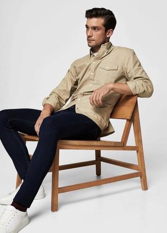 Cómo combinar: chaqueta estilo camisa marrón claro, camiseta con cuello circular blanca, vaqueros azul marino, tenis de cuero blancos