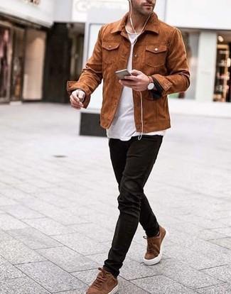 Cómo combinar unos tenis de ante marrónes: Utiliza una chaqueta estilo camisa de ante en tabaco y unos vaqueros de pana negros para lidiar sin esfuerzo con lo que sea que te traiga el día. Si no quieres vestir totalmente formal, elige un par de tenis de ante marrónes.