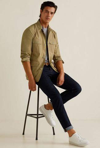 Cómo combinar: chaqueta estilo camisa verde oliva, camiseta con cuello circular gris, vaqueros azul marino, tenis de lona blancos