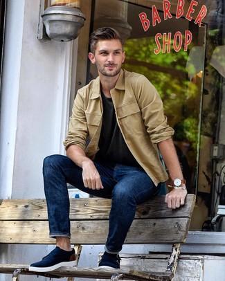 Cómo combinar: chaqueta estilo camisa marrón claro, camiseta con cuello circular en gris oscuro, vaqueros azul marino, zapatos con doble hebilla de ante azul marino