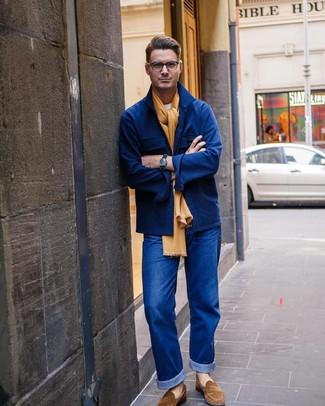 Cómo combinar: chaqueta estilo camisa de lana azul marino, camiseta con cuello circular blanca, vaqueros azules, mocasín de ante marrón