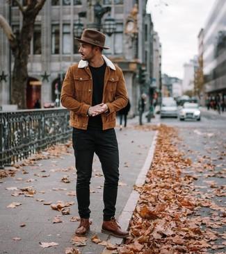 Cómo combinar: chaqueta estilo camisa en tabaco, camiseta con cuello circular negra, vaqueros negros, botas casual de cuero marrónes