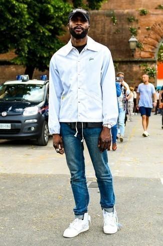Cómo combinar unos vaqueros azules: Elige una chaqueta estilo camisa blanca y unos vaqueros azules para lidiar sin esfuerzo con lo que sea que te traiga el día. ¿Quieres elegir un zapato informal? Complementa tu atuendo con zapatillas altas blancas para el día.