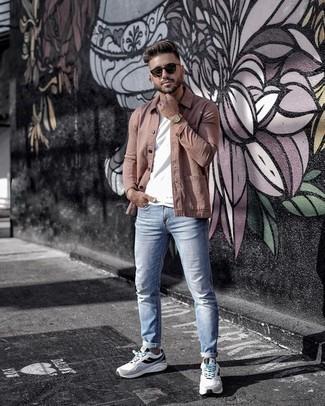 Cómo combinar una chaqueta estilo camisa marrón: Haz de una chaqueta estilo camisa marrón y unos vaqueros celestes tu atuendo para cualquier sorpresa que haya en el día. Haz este look más informal con deportivas en blanco y negro.