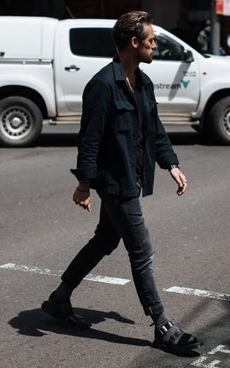 Cómo combinar una camiseta con cuello circular negra: Haz de una camiseta con cuello circular negra y unos vaqueros en gris oscuro tu atuendo para conseguir una apariencia relajada pero elegante. Si no quieres vestir totalmente formal, complementa tu atuendo con sandalias de cuero negras.