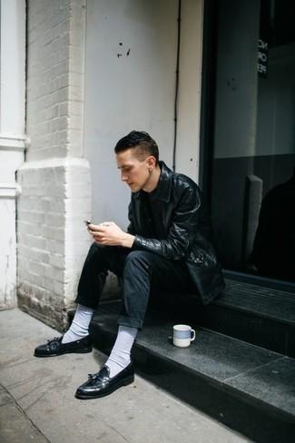 Cómo combinar un mocasín con borlas de cuero negro: Empareja una chaqueta estilo camisa de cuero negra junto a unos vaqueros negros para cualquier sorpresa que haya en el día. ¿Te sientes valiente? Opta por un par de mocasín con borlas de cuero negro.
