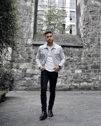Cómo combinar un reloj negro: Una chaqueta estilo camisa gris y un reloj negro son una opción atractiva para el fin de semana. ¿Por qué no ponerse botines chelsea de cuero negros a la combinación para dar una sensación más clásica?