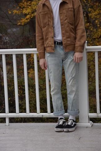 Cómo combinar unos vaqueros desgastados celestes: Elige una chaqueta estilo camisa marrón claro y unos vaqueros desgastados celestes para conseguir una apariencia relajada pero elegante. Tenis de lona en negro y blanco son una opción excelente para complementar tu atuendo.