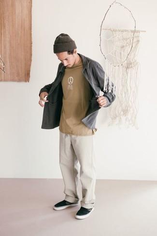 Cómo combinar una camiseta con cuello circular estampada marrón claro: Emparejar una camiseta con cuello circular estampada marrón claro con unos vaqueros blancos es una opción buena para el fin de semana. Elige un par de zapatillas slip-on de lona negras para mostrar tu inteligencia sartorial.