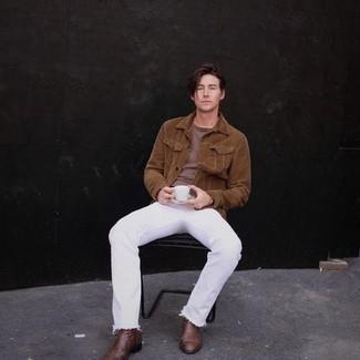 Cómo combinar unos botines chelsea de cuero marrónes: Opta por una chaqueta estilo camisa de pana marrón y unos vaqueros blancos para un look diario sin parecer demasiado arreglada. Con el calzado, sé más clásico y elige un par de botines chelsea de cuero marrónes.