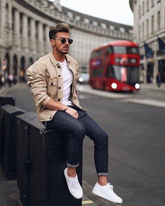 Cómo combinar: chaqueta estilo camisa en beige, camiseta con cuello circular blanca, vaqueros pitillo negros, tenis de cuero blancos