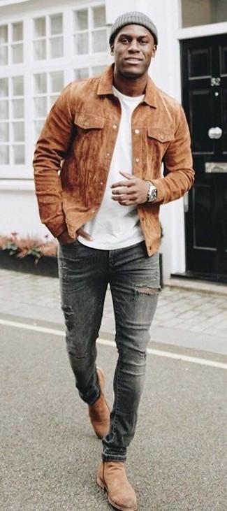 Look de moda: Chaqueta estilo camisa de ante marrón, Camiseta con cuello circular blanca, Vaqueros pitillo desgastados en gris oscuro, Botines chelsea de ante marrón claro