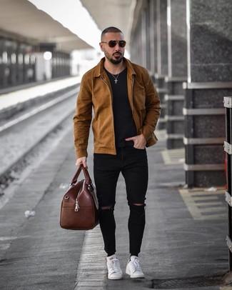 Cómo combinar: chaqueta estilo camisa marrón, camiseta con cuello circular negra, vaqueros pitillo desgastados negros, tenis de cuero blancos