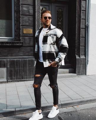 Cómo combinar: chaqueta estilo camisa de franela de tartán en blanco y negro, camiseta con cuello circular blanca, vaqueros pitillo desgastados negros, tenis de cuero en blanco y negro