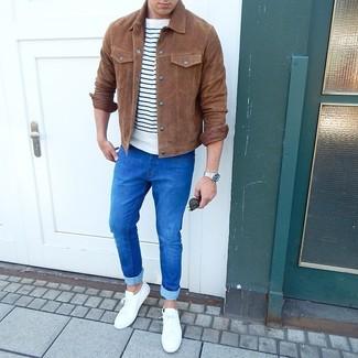 Cómo combinar: chaqueta estilo camisa de ante marrón, camiseta con cuello circular de rayas horizontales en blanco y azul marino, vaqueros pitillo azules, tenis blancos