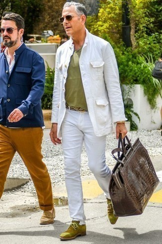 Cómo combinar un bolso baúl de cuero en marrón oscuro: Para un atuendo tan cómodo como tu sillón ponte una chaqueta estilo camisa blanca y un bolso baúl de cuero en marrón oscuro. ¿Te sientes valiente? Usa un par de botas safari de ante verde oliva.