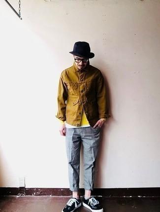 Cómo combinar una chaqueta estilo camisa marrón: Elige una chaqueta estilo camisa marrón y un pantalón chino a cuadros gris para una apariencia fácil de vestir para todos los días. Si no quieres vestir totalmente formal, haz tenis de lona en negro y blanco tu calzado.