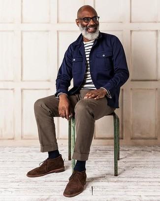 Look de moda: Chaqueta estilo camisa azul marino, Camiseta de manga larga de rayas horizontales en blanco y negro, Pantalón chino marrón, Botas safari de ante en marrón oscuro