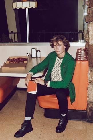 Cómo combinar: chaqueta estilo camisa verde, camiseta de manga larga de rayas horizontales en blanco y verde, pantalón chino negro, botas casual de cuero negras