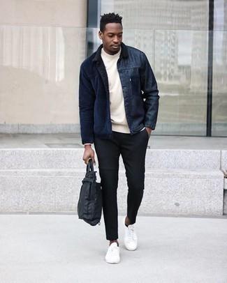 Cómo combinar un portafolio de nylon negro en clima cálido: Ponte una chaqueta estilo camisa de pana azul marino y un portafolio de nylon negro transmitirán una vibra libre y relajada. Dale un toque de elegancia a tu atuendo con un par de tenis de lona blancos.