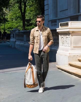 Cómo combinar: chaqueta estilo camisa marrón claro, camiseta henley blanca, pantalón chino en gris oscuro, tenis blancos