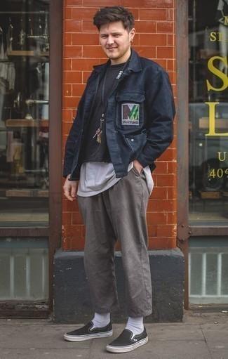 Cómo combinar un pantalón chino gris: Intenta combinar una chaqueta estilo camisa azul marino junto a un pantalón chino gris para lograr un look de vestir pero no muy formal. Si no quieres vestir totalmente formal, elige un par de zapatillas slip-on de lona negras.