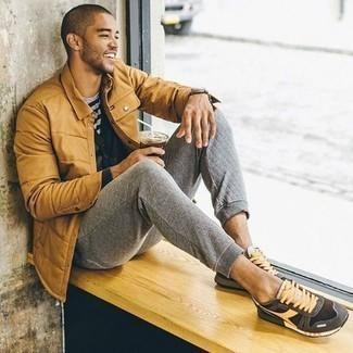 Cómo combinar un pantalón de chándal gris: Considera emparejar una chaqueta estilo camisa acolchada marrón claro con un pantalón de chándal gris para conseguir una apariencia relajada pero elegante. Deportivas grises darán un toque desenfadado al conjunto.