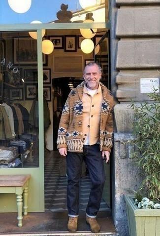 Cómo combinar unas botas casual de ante marrón claro: Intenta ponerse una chaqueta estilo camisa marrón claro y unos vaqueros azul marino para cualquier sorpresa que haya en el día. Botas casual de ante marrón claro son una sencilla forma de complementar tu atuendo.