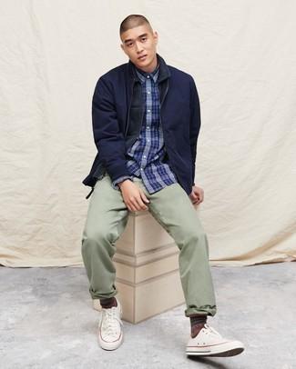 Moda para hombres de 20 años: Si buscas un estilo adecuado y a la moda, empareja una chaqueta estilo camisa azul marino junto a un pantalón chino en verde menta. ¿Quieres elegir un zapato informal? Complementa tu atuendo con tenis de lona blancos para el día.