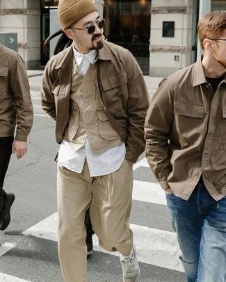 Cómo combinar una chaqueta estilo camisa marrón: Si buscas un look en tendencia pero clásico, elige una chaqueta estilo camisa marrón y un pantalón chino marrón claro. ¿Te sientes valiente? Completa tu atuendo con deportivas grises.