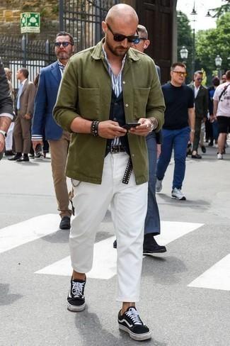 Cómo combinar una chaqueta estilo camisa verde oliva: Si buscas un estilo adecuado y a la moda, considera ponerse una chaqueta estilo camisa verde oliva y un pantalón chino blanco. Si no quieres vestir totalmente formal, completa tu atuendo con tenis de lona en negro y blanco.