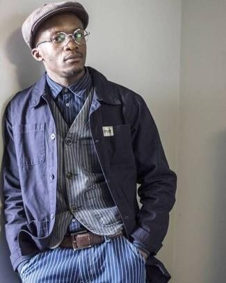 Cómo combinar: chaqueta estilo camisa azul marino, chaleco de vestir de rayas verticales gris, camisa de manga larga de rayas verticales en azul marino y blanco, vaqueros de rayas verticales azules