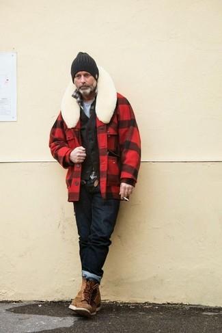 Cómo combinar: chaqueta estilo camisa a cuadros en rojo y negro, chaleco de vestir de pana en marrón oscuro, camisa de manga larga de tartán en marrón oscuro, camiseta con cuello circular gris