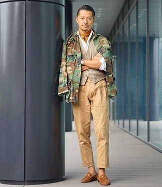 Cómo combinar un chaleco de vestir en beige: Considera ponerse un chaleco de vestir en beige y un pantalón chino marrón claro para un perfil clásico y refinado. Completa el look con mocasín de ante marrón claro.