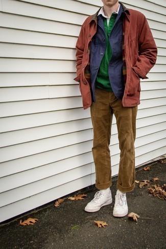 Cómo combinar una chaqueta estilo camisa azul marino: Ponte una chaqueta estilo camisa azul marino y un pantalón chino de pana marrón claro para crear un estilo informal elegante. ¿Quieres elegir un zapato informal? Complementa tu atuendo con tenis de cuero blancos para el día.